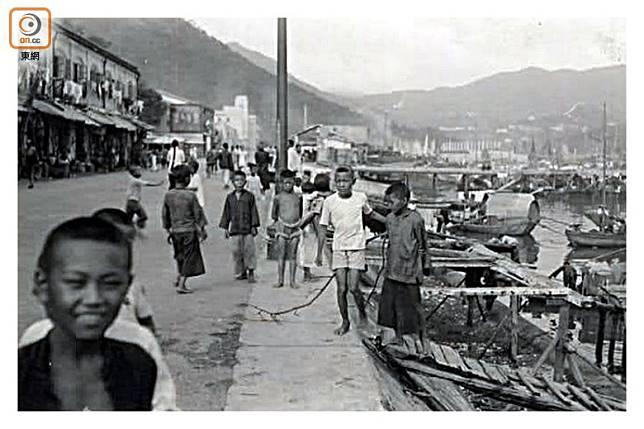漁民會經十五間附近的紅燈橋上岸,小朋友亦會在十五間前的空地玩,或由此步行到田灣上學。(互聯網圖片)