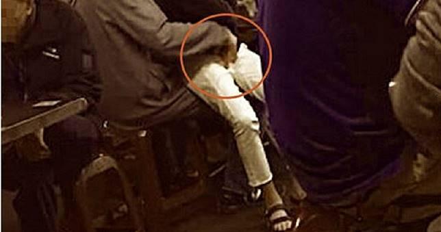 小吃店幼女坐父腿「被偷頂還狂摳」 網震怒:太噁!快報案