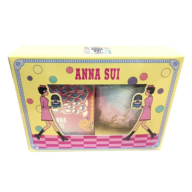 《瓶身設計》帶點異國風更美麗 Anna Sui總是從不斷的冒險旅行攫取靈感,印度這個魅力的國家便給了她美麗的靈感。歡迎來到印度!「Anna Sui光之翎雀淡香水」的設計靈感來印度,瓶蓋上棲息著一隻華麗