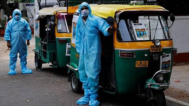 Bajaj di India yang difungsikan sebagai ambulans. (Foto Reuters)