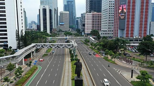 ILUSTRASI - Foto aerial kendaraan melintas di Jalan Jenderal Sudirman, Jakarta, Senin (23/3).  [ANTARA FOTO/Indrianto Eko Suwarso