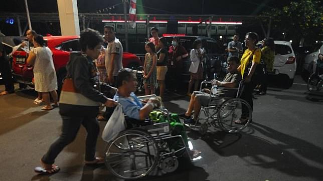 Suasana saat terjadi gempa di Manado, Sulawesi Utara, Kamis (14/11). [ANTARA FOTO/Aloysius Jarot Nugroho]
