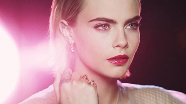 作為Dior今季的重頭戲,全新鏡光誘惑亮澤唇彩當然要請來名模Cara Delevingne拍攝廣告宣傳吧!(互聯網)