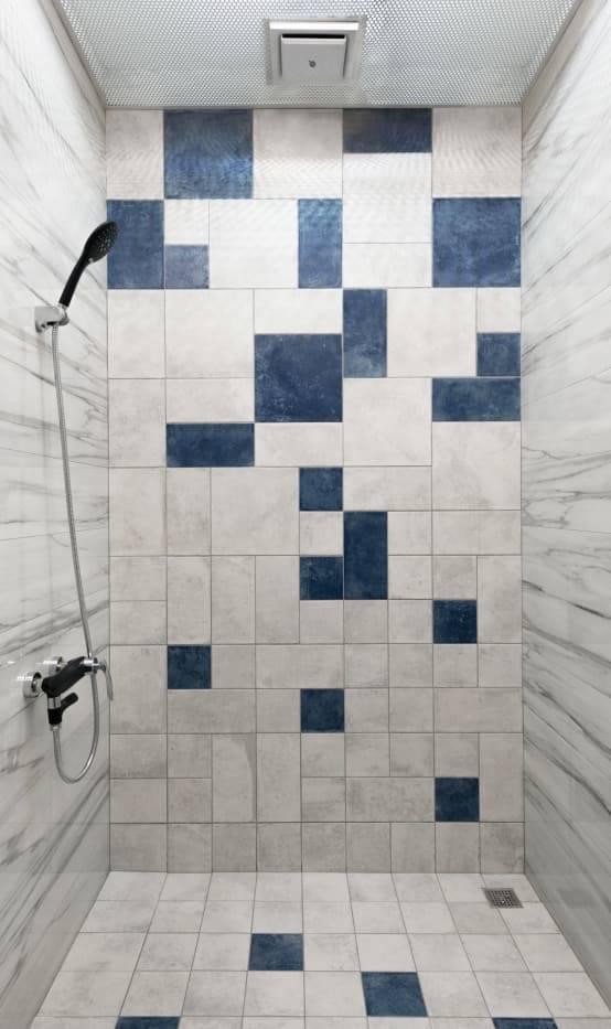 藍白浴磚拼貼