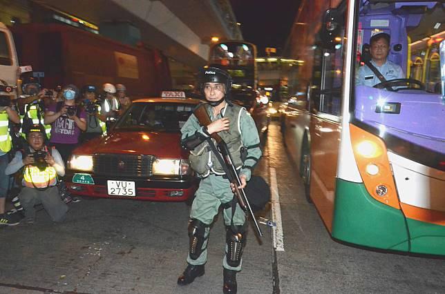 警方證實當時一名警員擎槍,並向天橋發射一枚布袋彈。