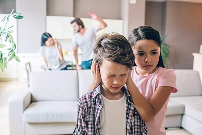 7 Hal yang Tidak Boleh Dilakukan Orang Tua di Depan Anak