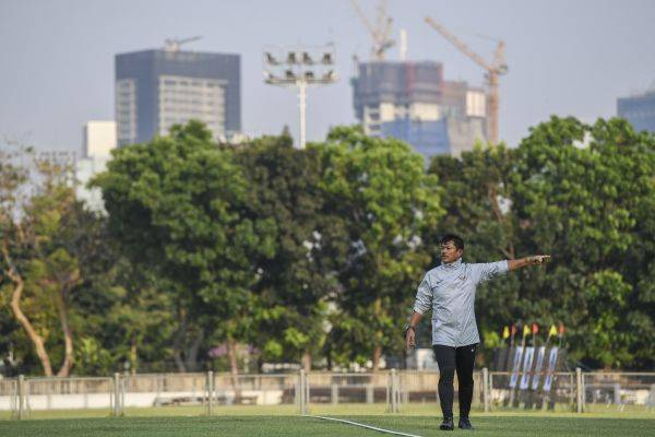 Pelatih timnas U-23 Indra Sjafri memimpin latihan di Lapangan G Gelora Bung Karno, Senayan, Jakarta, Senayan, Jakarta, Jumat (15/11/2019).