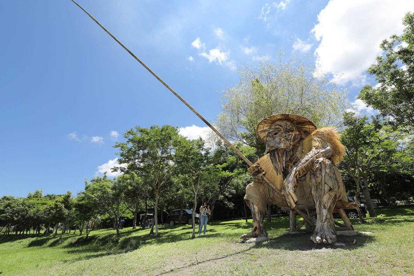 3公尺高的塑像《何時》,呈現人類對歲月的靜思。(圖/于魯光攝)