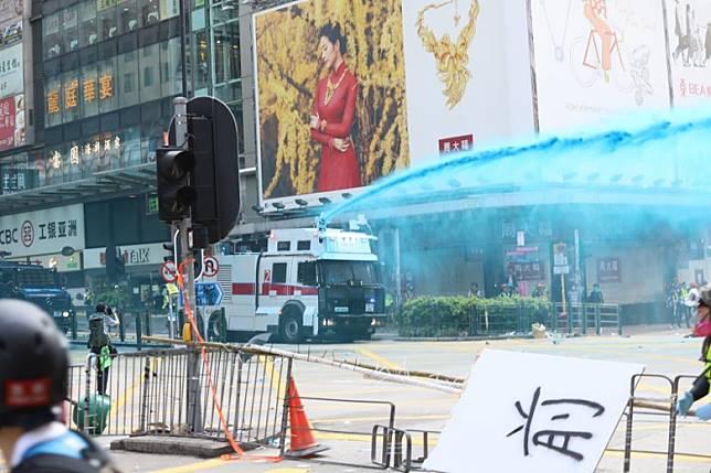 警方昨午出動「水炮車」於尖沙咀驅趕示威者。