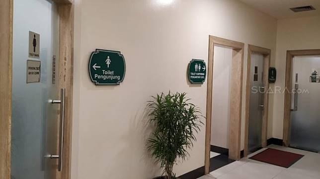 Toilet Ojol atau Ojek Online di Mal Puri Indah. (Suara.com/Yasir)