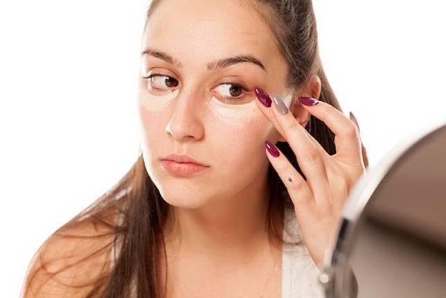 可用手指的溫度讓遮瑕更貼合皮膚。(互聯網)