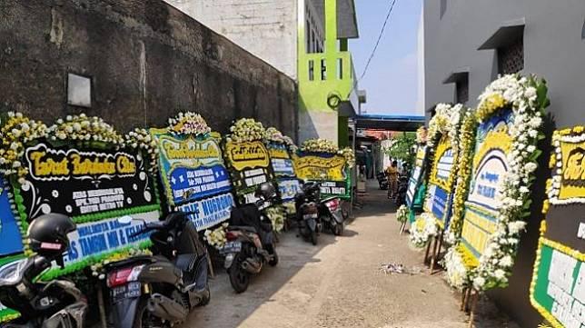 Suasana haru rumah duka editor Metro TV Yodi Prabowo, Minggu (12/7/2020). (Suara.com/Bagaskara Isdiansyah)