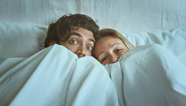 Ilustrasi pasangan di kasur. shutterstock.com