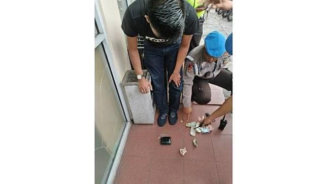 Polisi menunjuk pil ekstasi yang ditemukan pada pengendara jalan yang mengaku sebagai intel Polres Bengkalis.