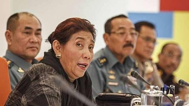Menteri Kelautan dan Perikanan Susi Pudjiastuti didampingi Kalakhar Satgas 115 memberikan keterangan pers di Jakarta, Senin (1/8).