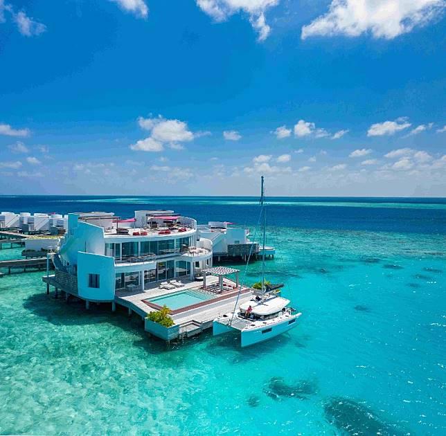 開業滿一年的麗世度假村(LUX* North Malé Atoll)推出Lagoon 40雙體船帶領住客探索麗世島環礁以外的質樸水域。(互聯網)