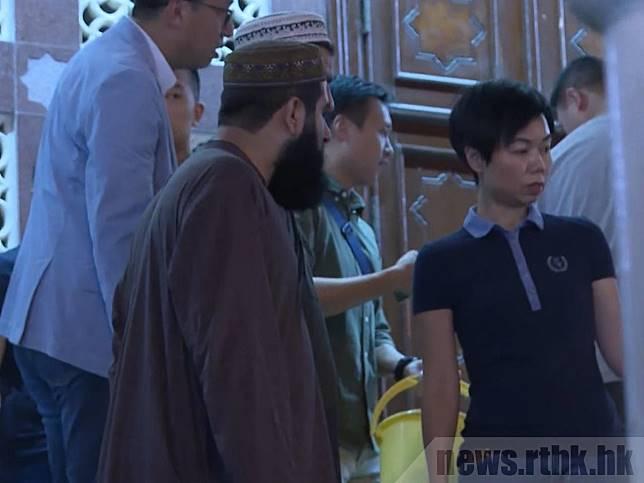 何潤勝、余鎧均及多名相信是便衣警員的人士晚上到清真寺。 (袁運登攝)
