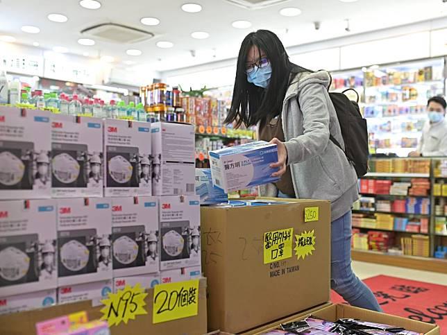 海關試購40個外科口罩樣本,全部符合《消費品安全條例》規定。 資料圖片