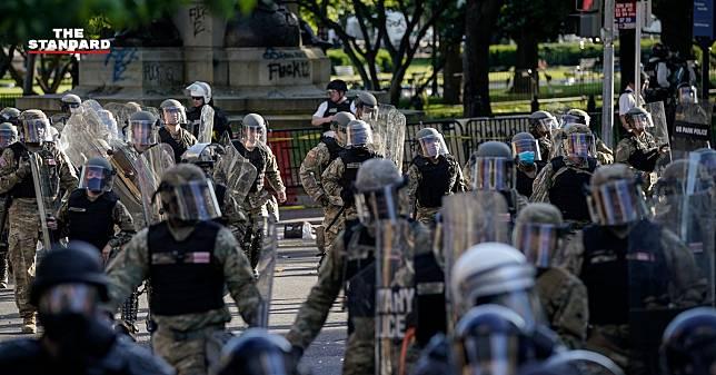 หลายฝ่ายประณามตำรวจสหรัฐฯ ยิงแก๊สน้ำตาสลายผู้ประท้วงอย่างสันติหน้าทำเนียบขาว เพื่อให้ทรัมป์เดินไปถ่ายภาพหน้าโบสถ์