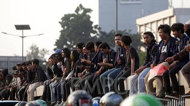 Ratusan Mahasiswa menggelar aksi menolak RUU KUHP dan UU KPK yang baru di deoan gerbang pintu gedung DPR/MPR, Jakarta, Kamis, 19 September 2019. Dalam aksi tersebut mereka menolak RKUHP dan UU KPK yang baru disahkan. TEMPO/M Taufan Rengganis