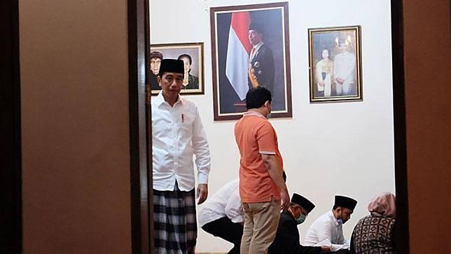 Presiden Jokowi (kiri) bersiap memberikan keterangan pers terkait wafatnya ibunda Presiden Joko Widodo, Sudjiatmi Notomihardjo di rumah duka, Sumber, Banjarsari, Solo, Jawa Tengah, Rabu, 25 Maret 2020. Permintaan tersebut berkaitan dengan pencegahan penyebaran COVID-19. ANTARA/Maulana Surya
