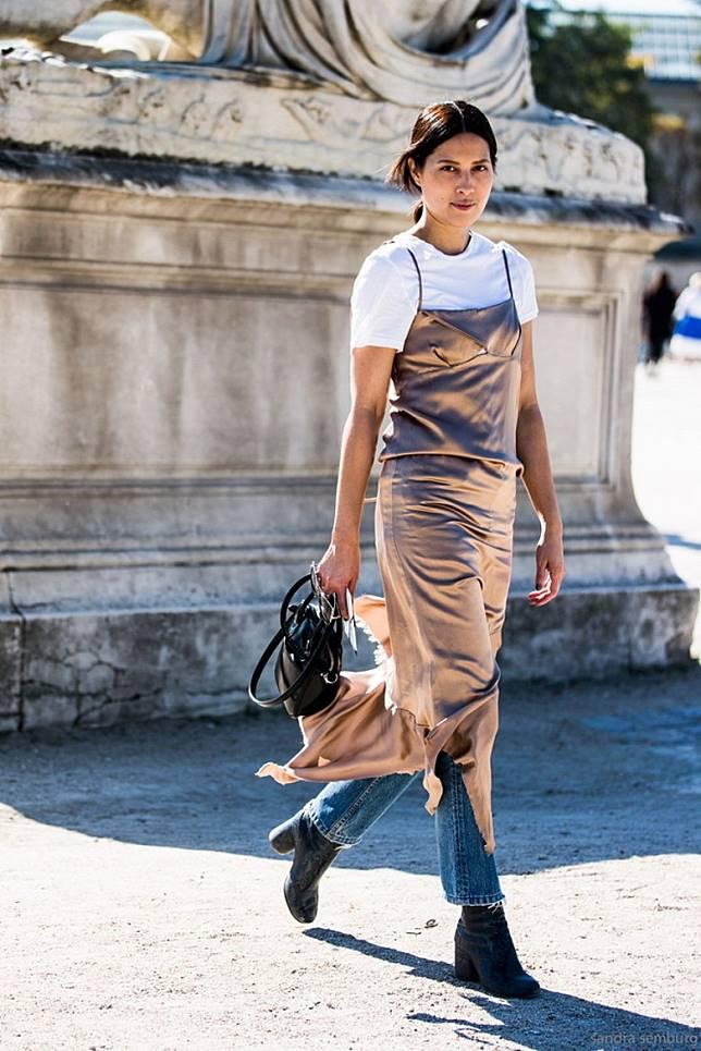 穿搭方法3:吊帶裙  + 牛仔褲:襯牛仔褲在夏天可能有點熱,如果天氣稍涼也不失為一個玩層次的有型着法。(互聯網)