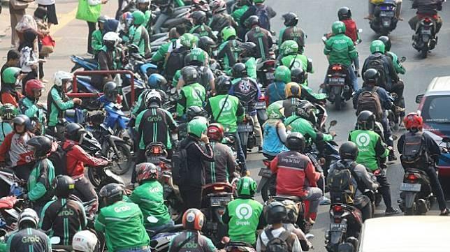 Sejumlah driver ojek online menjemput penumpang di kawasan Stasiun Palmerah, Jakarta, Senin (2/9). [Suara.com/Arya Manggala]