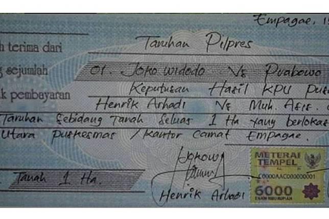 Foto dua pria dari Kabupaten Sidrap, Sulawesi Selatan, melakukan taruhan jelang Pemilu Presiden 2019 yang dihelat Rabu, 17 April 2019, viral di media sosial dan heboh diperbincangkan. Selain itu, terdapat pula foto kuitansi perjanjian taruhan bermaterai Rp 6.000 yang ditandangani kedua pihak.(dok Facebook)   Artikel ini telah tayang di Kompas.com dengan judul