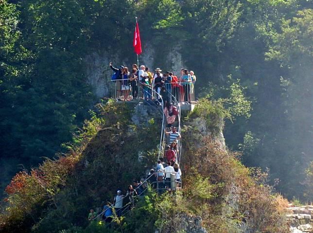 遊船節目包括有安排遊客攀上瀑布間的巨石。(小驢攝)