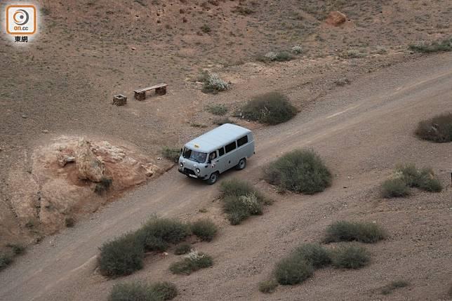 谷底一段不時會有俄式貨車改裝的「的士」接載遊客。(李家俊攝)