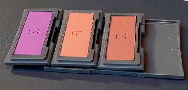 蜜光修容盤($275)可作胭脂使用,一共三色包括帶紫的棗紅色(左)、橙色(中)及珊瑚紅色(右)。縱然顏色看起來頗為鮮豔,掃上皮膚卻淡泊自然,毫不突兀。CHOCO聽說日本妹妹最愛的就是第一隻,看起來有氣色又不俗氣。
