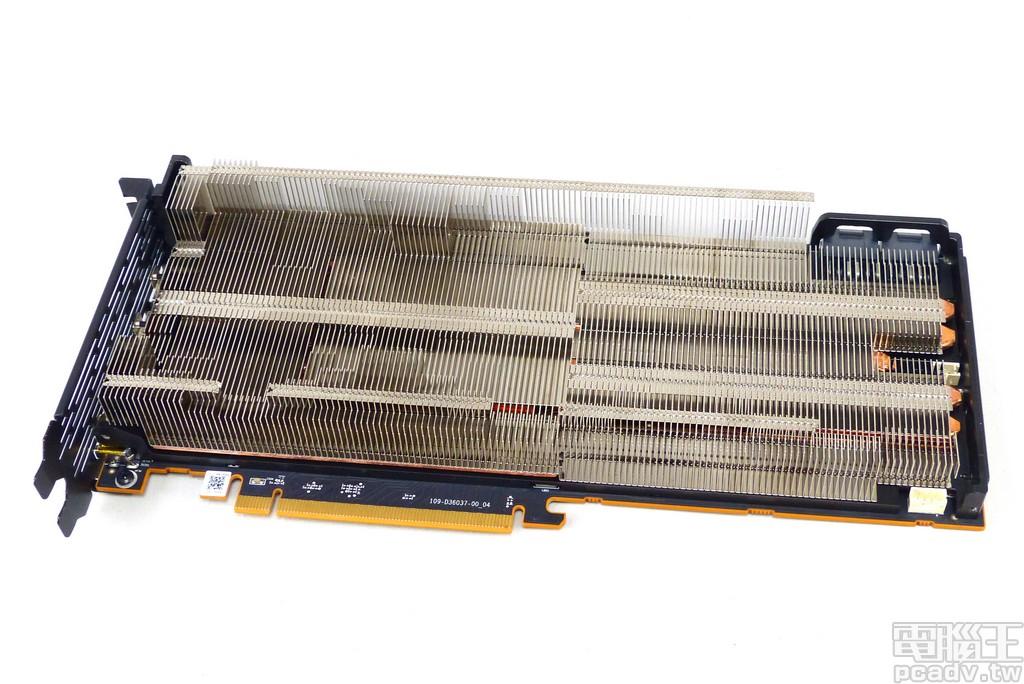 Radeon VII 散熱器鰭片往右延伸,風扇與風扇之間的空隙也用鋁鰭補滿補好