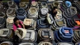 Pekerja menyortir tempat tidur anjing untuk diekspor di sebuah pabrik di Linyi, Provinsi Shandong, China 4 Juli 2018. (Foto: Reuters)