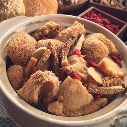 ◎特選猴頭菇口感香Q美味|◎麻油、中藥材清爽入味|◎蛋素皆可食種類:人氣小吃主要食材:蔬菜內容物說明:猴頭菇、芝麻油、水、鹽、枸杞、黨參、薑、調味劑(5次黃嘌呤核苷磷酸二鈉、5鳥嘌呤核苷磷酸二鈉、胺基