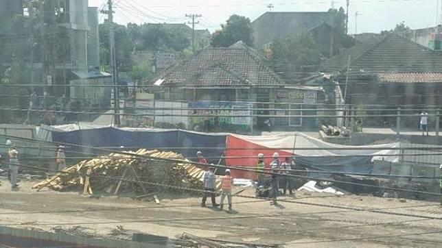 Truk pengangkut kayu terperosok di proyek Underpass Kentungan, Selasa (23/07/2019).