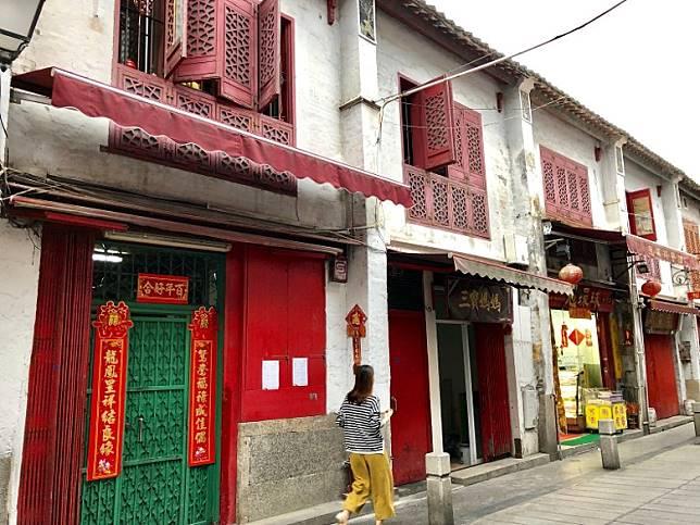 澳門福隆新街是當地一條老街,已有百多年歷史,當年香港禁娼,澳門的紅燈區就蓬勃發展起來,福隆新街以前也是重要的煙花之地,直至1940年代,政府才先後禁娼和禁毒。(FoodieCurly鬈毛妹提供)