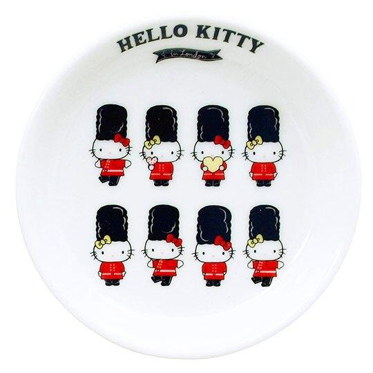 〔小禮堂〕Hello Kitty 日製迷你陶瓷圓盤《倫敦.衛兵排站》醬料碟.小菜碟.金正陶器