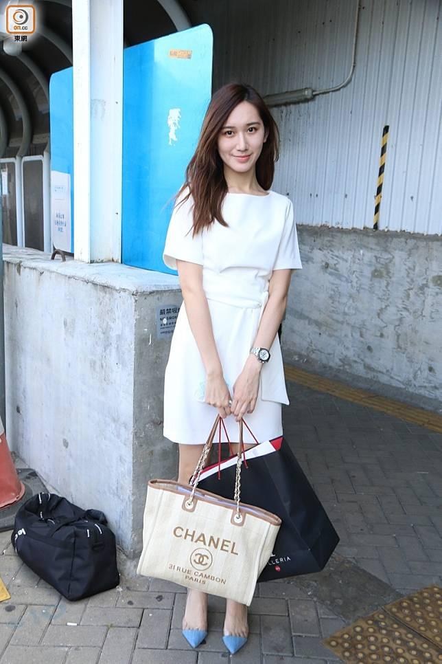 富家女范倩雯手抱名牌袋。
