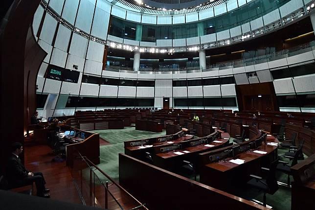 立法會繼續舉行會議。