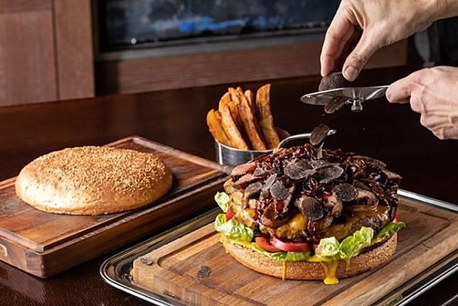 當漢堡包送上餐枱時,有廚師會即席喺你面前刨松露片,之後先蓋上加了金粉的麵包皮,係咪好有奢華感先?(互聯網)