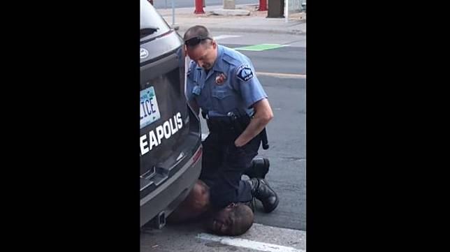 Polisi di Minneapolis membunuh pria kulit hitam bernama George Floyd dengan cara mencekik lehernya menggunakan dengkul. (Dok. Facebook/Darnella Frazier)