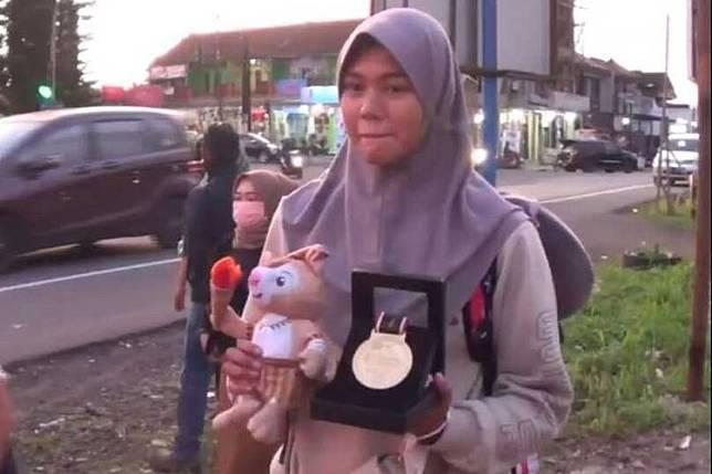 Seorang atlet asal Ciamis peraih medali emas PON Papua yang pulang memakai bus umum pada Rabu (13/10/2021).