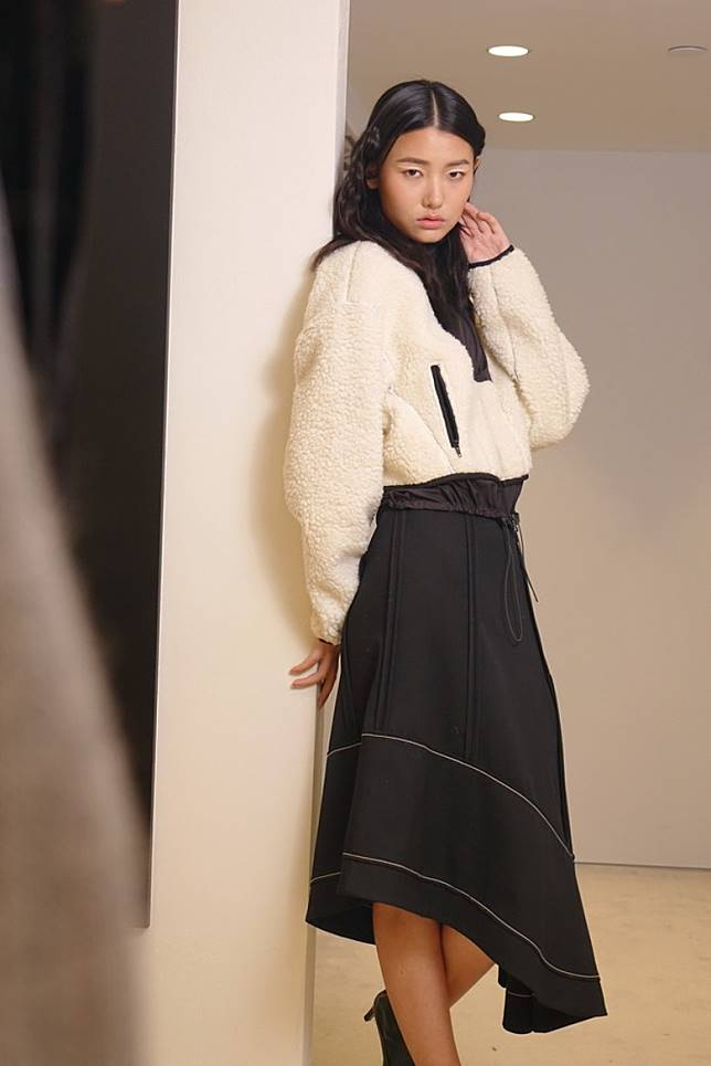 羊毛拉鏈外套、黑色Merino Wool半截裙 (胡振文攝)