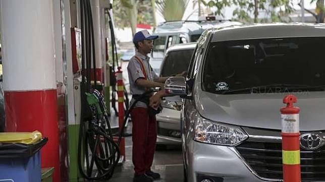 Suasana pengisian bahan bakar minyak (BBM) di SPBU. [Suara.com/Kurniawan Mas'ud]