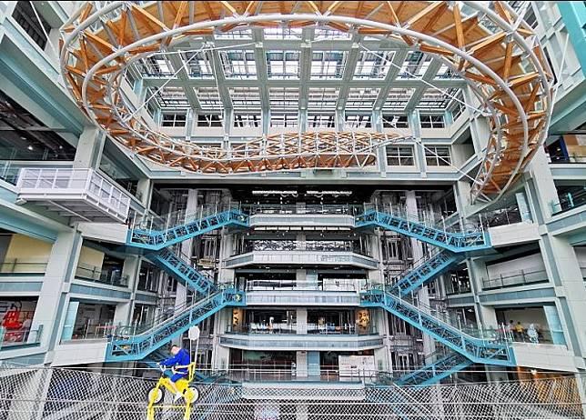 在6樓有「空中腳踏車」可體驗,整個科教館的人都可望到你在半空騎車。(互聯網)