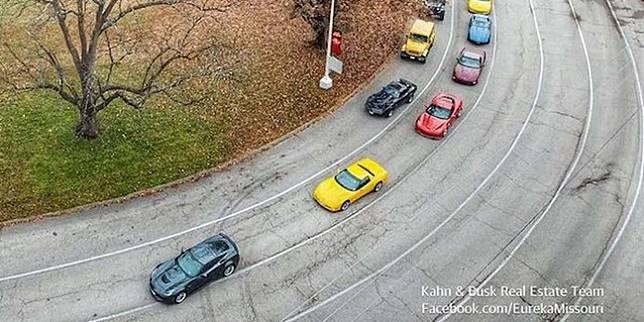 Iring-iringan sport car dalam pemakaman Alec Ingram (The Drive)