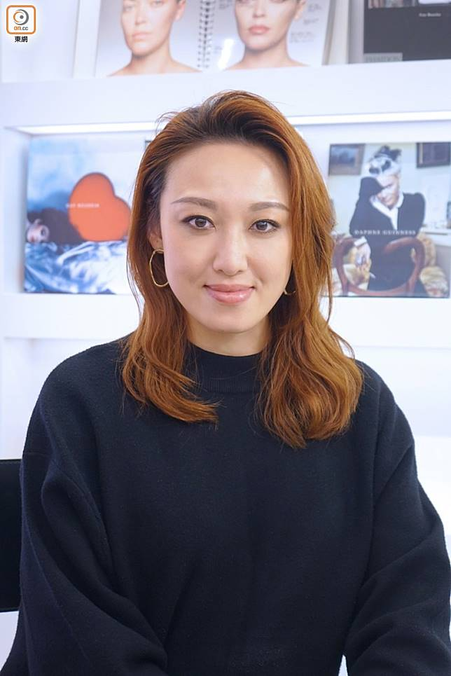 NARS高級化妝師Shirley Wong表示新年妝的重點是帶出開心感覺,所以眼和唇都較具閃爍和光澤感,而臉部則採用了Tone on Tone色調去呈現啞光及啞色妝效。(胡振文攝)