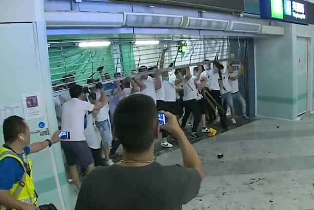 白衣人襲擊站內市民。