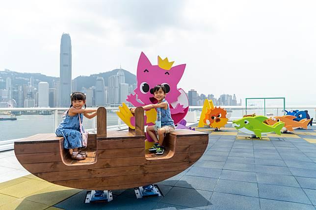 同PINKFONG一齊在維港上泛舟。