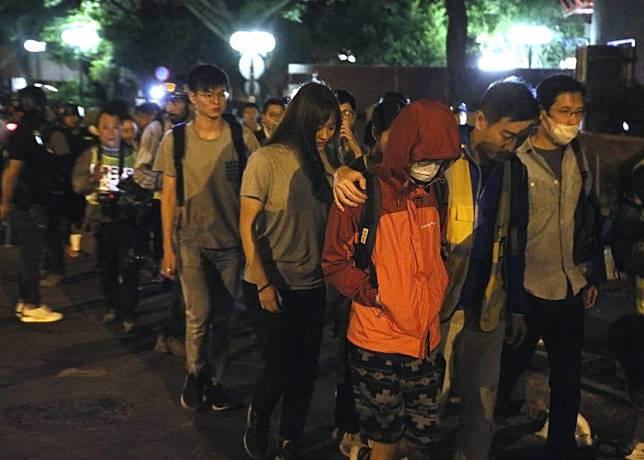 一行約30人學生被帶到紅館旁的警察防線。
